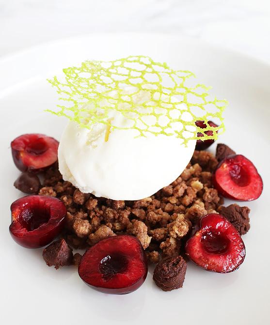 Crème fraîche ijs met chocolade ganache, crumble, lace tuile en kersen